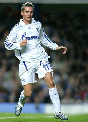 Schalke-07-08-adidas-second-kit-Peter-Lovenkrands.JPG