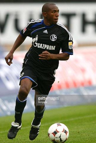 Schalke-09-10-adidas-second-kit-Mineiro.JPG