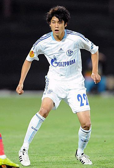 Schalke-11-12-adidas-second-kit-内田篤人.JPG