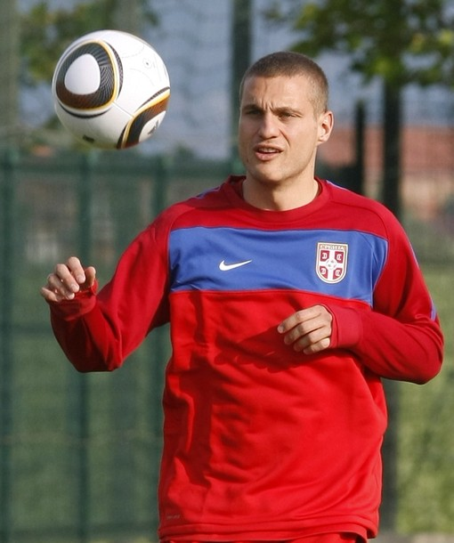 Serbia-10-NIKE-training-red.jpg
