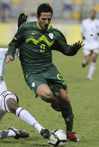 Slovenia-10-11-NIKE-away-uniform-green-green-green.JPG