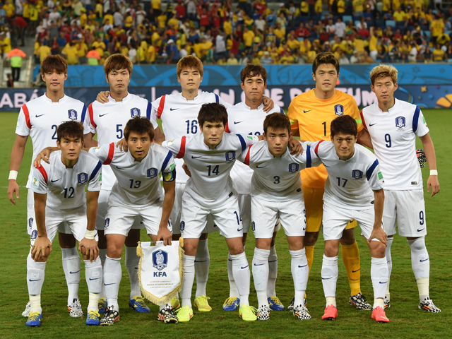 South-Korea-14-15-NIKE-away-kit-white-white-white-line-up.jpg