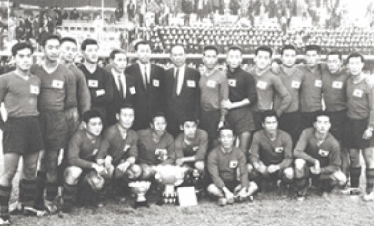 South-Korea-1960-home-kit-red-black-stripe-line-up.jpg