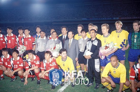 South-Korea-1996-NIKE-home-kit-red-black-red-2.jpg