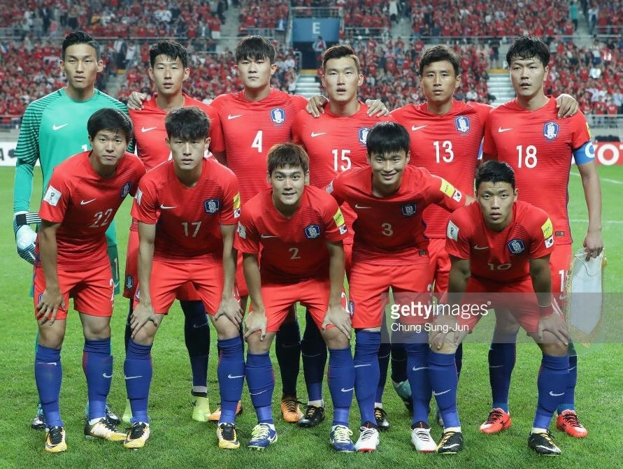 South-Korea-2016-17-NIKE-home-kit-red-red-blue-line-up.jpg