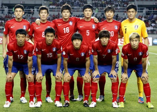 South Korea-12-13-NIKE-home-kit-red-blue-red-line-up.jpg
