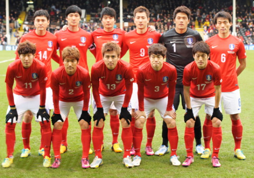 South Korea-12-13-NIKE-home-kit-red-white-red-line-up.jpg