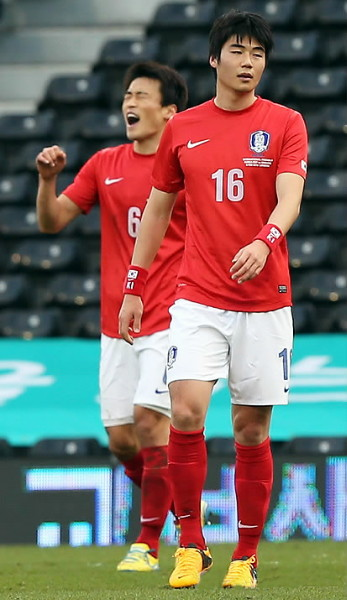South Korea-12-13-NIKE-home-kit-red-white-red.jpg