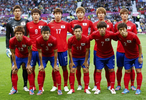 South Korea-12-NIKE-olympic-home-kit-red-blue-red-line-up.jpg