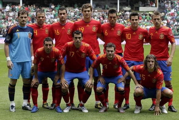 Spain-10-11-adidas-star-home-kit-red-blue-red-pose.JPG