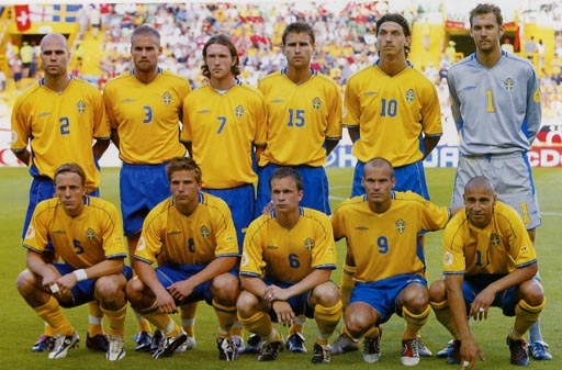 Sweden-03-04-UMBRO-uniform-yellow-blue-yellow-group.JPG