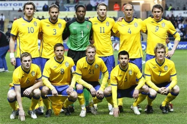 Sweden-10-11-UMBRO-home-uniform-yellow-blue-yellow-group.jpg