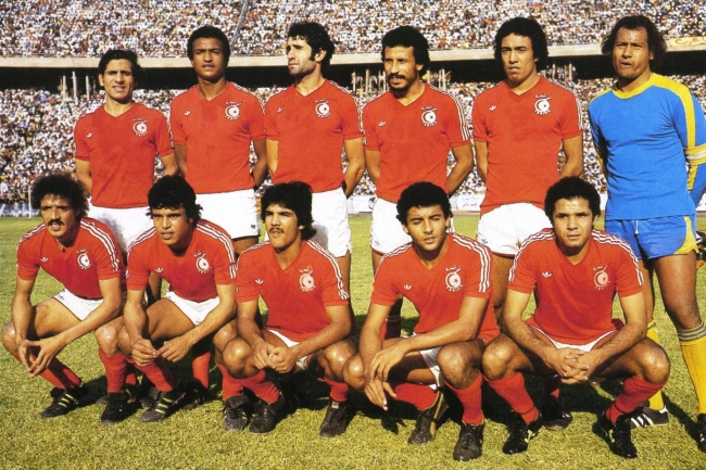 Tunisia-1977-adidas-kit-red-red-red-line-up.jpg
