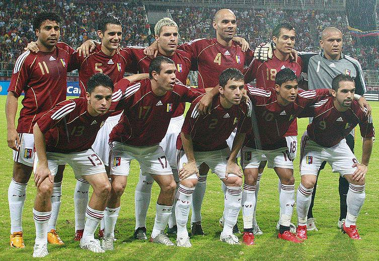 Venezuela-08-09-adidas-home-red-white-white-line-up.JPG