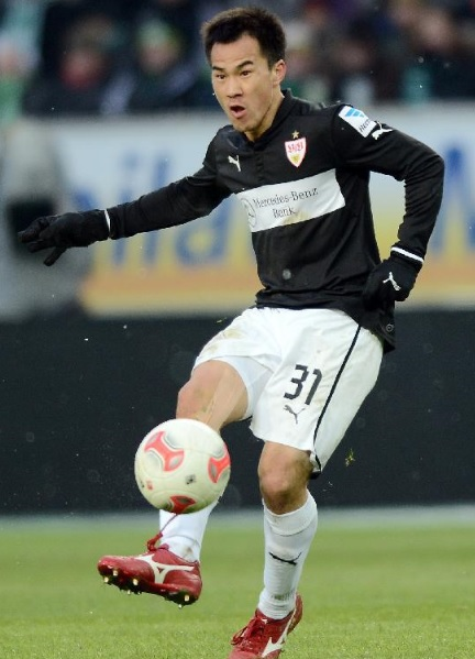 VfB-Stuttgart-12-13-PUMA-second-kit-black-white-white-3.jpg
