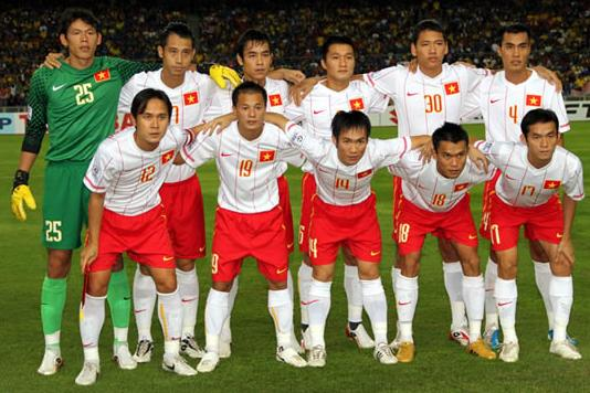 Vietnam-11-12-NIKE-away-kit-white-red-white-line up.JPG