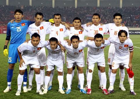 Vietnam-11-12-NIKE-away-kit-white-white-white-line up.JPG