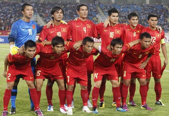 Vietnam-11-12-NIKE-home-kit-red-red-red-line-up.JPG