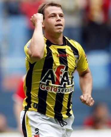 Vitesse-08-09-LEGEA-home-kit-Nicky-Hofs.jpg