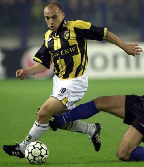 Vitesse-1999-2000-uhlsport-home-kit.jpg