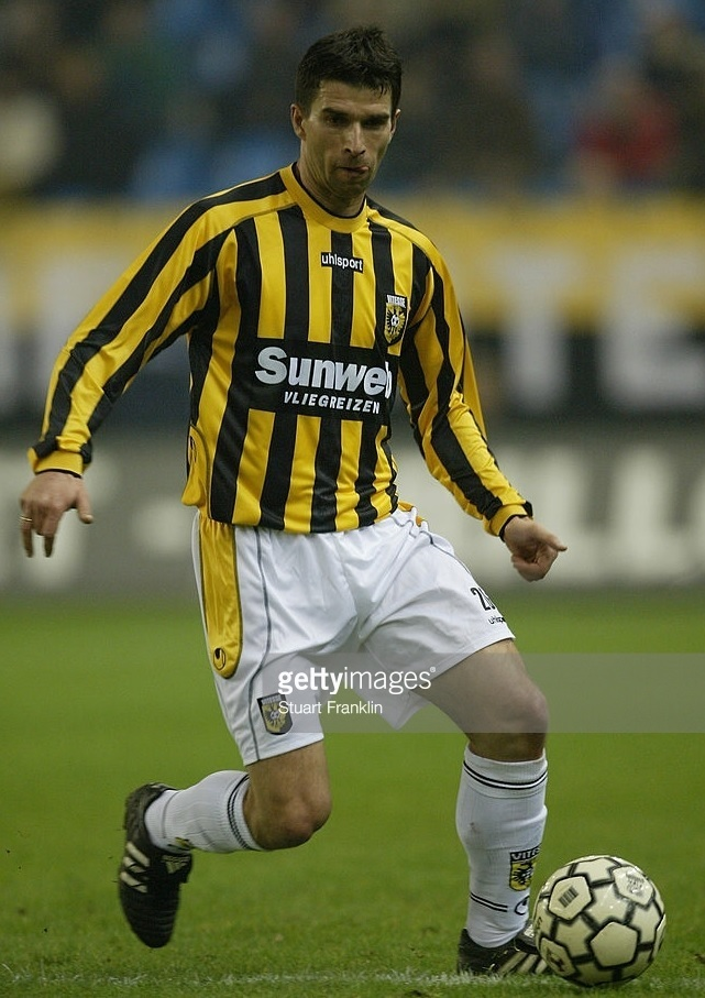 Vitesse-2003-04-uhlsport-home-kit.jpg