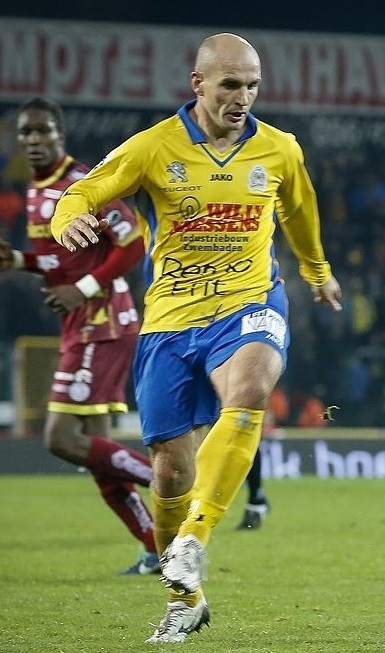 Waasland-Beveren-2013-14-JAKO-first-kit.jpg