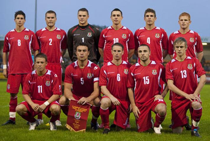 Wales-08-09-Champion-home-kit-red-red-red-line-up.JPG