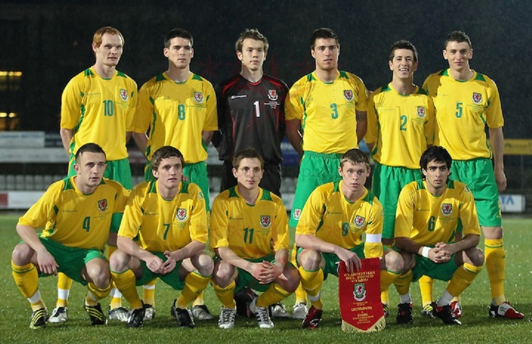 Wales-08-09-Champion-third-kit-yellow-green-yellow-group-photo.jpg