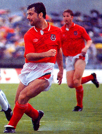 Wales-90-91-UMBRO-uniform-red-white-red.JPG