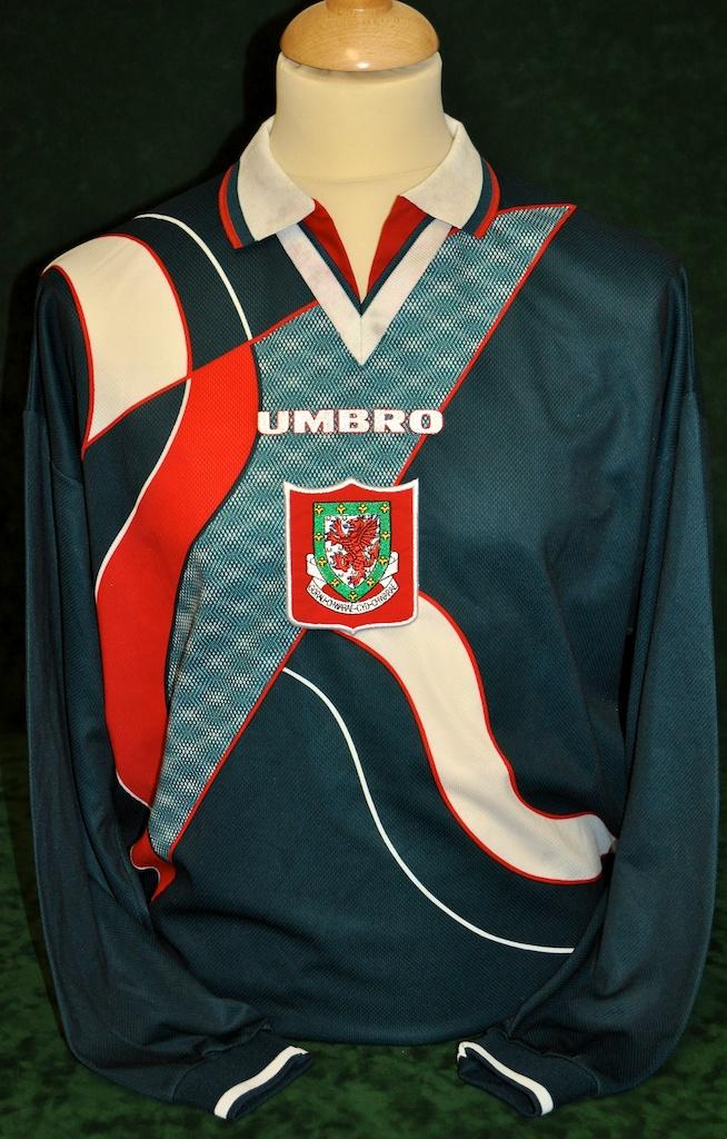 Wales-95-96-lotto-away-shirt-green.JPG