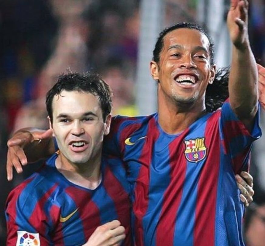 andres-iniesta-2005-06-barcelona-nike-home-kit-with-ronaldinho.jpg