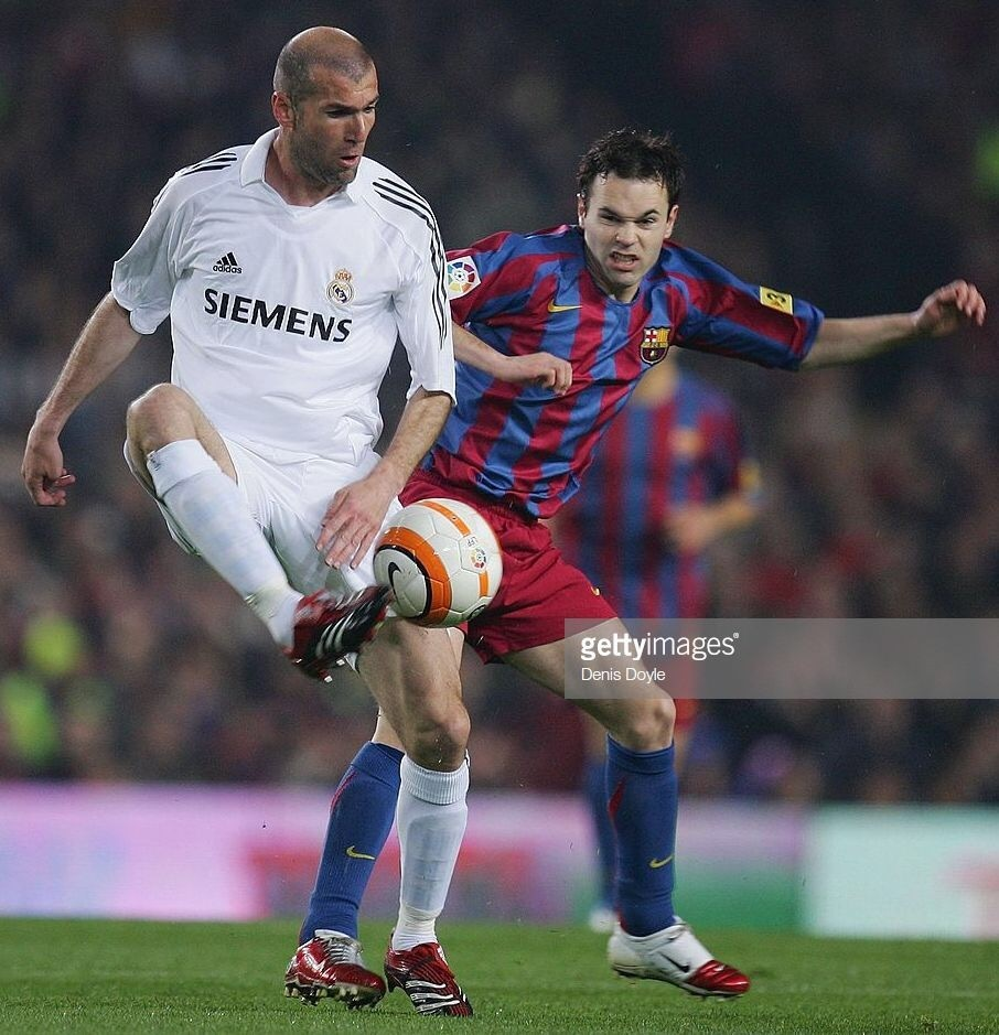andres-iniesta-2005-06-barcelona-nike-home-kit-with-zidane.jpg