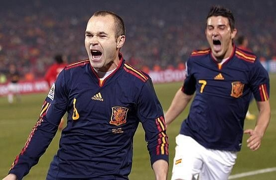 andres-iniesta-2006-adidas-away-kit-with-villa.jpg