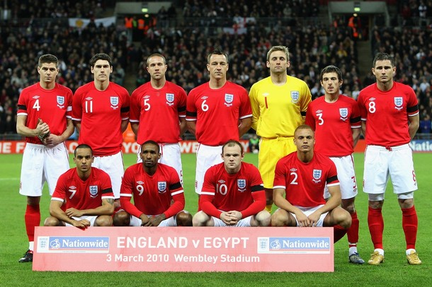 England-10-11-UMBRO-away-uniform-red-white-red-group.jpg