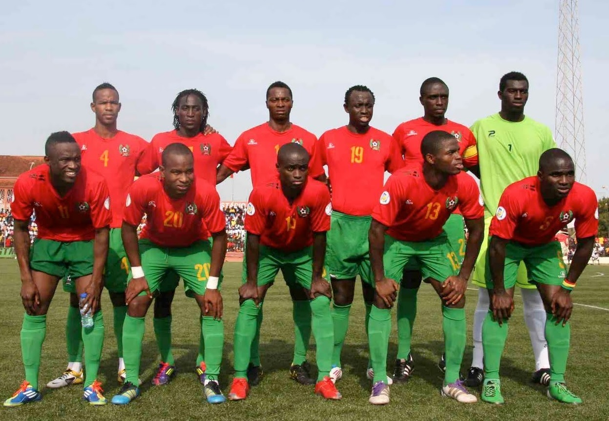 Guinea-Bissau-2011-LACATONI-home-kit-red-green-green-line-up.jpg