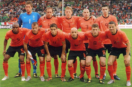 Netherland-10-11-NIKE-home-kit-orange-black-orange-pose.JPG